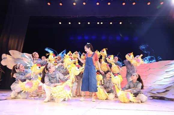 —《飞吧丹顶鹤》,在传统杖头木偶表演的基础上,更大胆尝试了